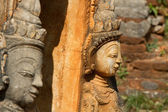 Ancient statues at Inn Thein Paya — Stock Photo