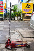 Red hydraulic floor jack — Foto Stock