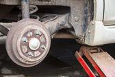 Cric idraulico per sollevare la macchina per cambiare la ruota. — Foto Stock