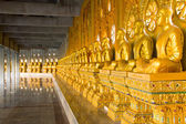 Rad med gyllene munk buddistiska statyer i thailändska tempel, chaimongkhol — Stockfoto