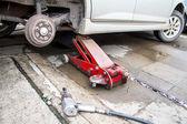 Hydrauliska bil jack att lyfta bil för ändra hjulet. — Stockfoto