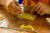 Bouddhiste, confection de la bougie — Photo