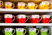 Raf üzerinde birçok kupası — Stok fotoğraf