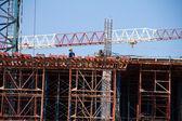 Jeřáb a dělníci na staveništi proti modré obloze. Thajsko — Stock fotografie