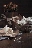 Merengues blancos y rosas secas — Foto de Stock