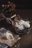 Beyaz kırık beze ve kuru gül — Stok fotoğraf