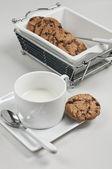 Tasse de lait et chocolat biscuits — Photo