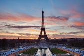 Eiffel Tower with red clouds and blue sky on the sunrise — Stock Photo