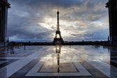 Reflection of Eiffel Tower from Paris with clouds — Stock Photo