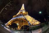 Oświetlona wieża eiffla z paryża, francja w nocy — Zdjęcie stockowe