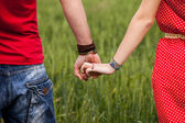 Holding hands couple — Stockfoto