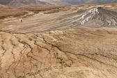 Pessoa andando sobre vulcões de lama — Foto Stock