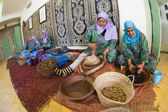 ESSAOUIRA, MOROCCO-FEBRUARY, 7: women working in a cooperative f — Stock Photo