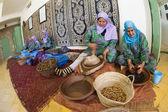 ESSAOUIRA, MOROCCO-FEBRUARY, 7: women working in a cooperative f — Stock Photo