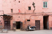 Small street in Marrakech's medina (old town). In Marrakech the — Foto Stock