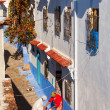 CHEFCHAOUEN, MOROCCO, NOVEMBER 20: two woman talking in front of — Stock Photo