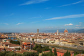 Rooftop view of Basilica di Santa Maria del Fiore and Ponte Vecc — Stock Photo