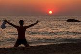 他手上黎明在海滩上的人 — 图库照片