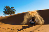 DESERT SAHARA, MOROCCO - MARCH 4: Unidentified person throwing w — Foto Stock