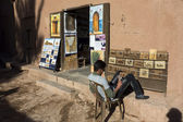 AIT BENHADDOU, MOROCCO- MARCH 1: Unidentified man painting tradi — Stock Photo
