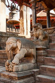 Statues at the entrance to temple, Bhaktapur — Stock Photo