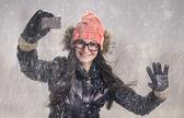 Mit karte im schneefall — Stockfoto