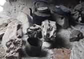 Hearth with teapot and tinware. Cave at Socotra island, Yemen — Stock Photo