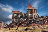 Volledig geruïneerde bakstenen gebouw — Stockfoto