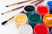Frascos con cepillos gouache y pintura coloreados. — Foto de Stock