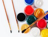 Kavanoz renkli guaj ve boya fırçaları ile. — Stok fotoğraf