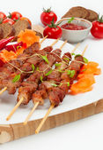 Pork skewers with cherry tomatoes and garlic — Stock Photo
