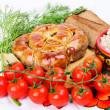 Foto Stock: Ring bratwurst with bread, tomatoes and herbs.