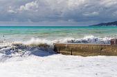 在防波堤上滚动的风浪. — 图库照片