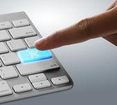 пальцы на клавиатуре — Стоковое фото