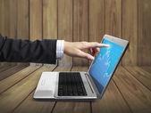 Homem de negócios empurrando portátil — Foto Stock