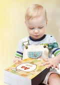 Lindo niño leyendo un libro — Foto de Stock