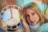 Smiling girl showing clock — 图库照片