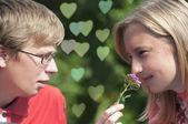 Lyckliga unga paret talar — Stockfoto