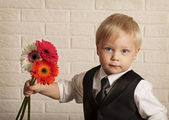 Young blond man in with bouquet flowers. — Stock fotografie