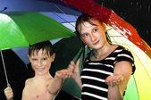 Glada barn gå under regn — Stockfoto