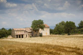 Lonely house stands in the middle of a field in Provence — Zdjęcie stockowe