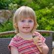 little girl eating eis — Stockfoto