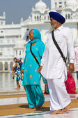 AMRITSAR, INDIA - OCTOBER 18: Unidentified Sikh and women visiting the Golden Temple in October 18, 2012 in Amritsar, Punjab, India. Sikh pilgrims travel from all over India to pray at this holy site. — Stock Photo