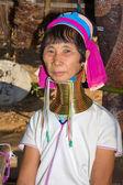 Porträtt av karen lång hals hill tribe flicka på village, ban huay stämma toa där turist dagliga besök i mae hong son, thailand den 10 november, 2011 — Stockfoto