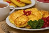 блины сладкие сыр на тарелке — Стоковое фото