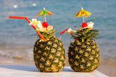 Dois cocktails tropicais na praia — Foto Stock