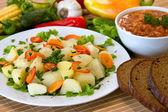 Vařené brambory se zeleninou — Stock fotografie