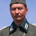KIEV, UKRAINE -MAY 11: Member of Red Star history club wears historical German uniform during historical reenactment of WWII, May 11, 2013 in Kiev, Ukraine — Stockfoto