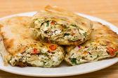 Pita-brot mit hüttenkäse und gemüse gewickelt — Stockfoto