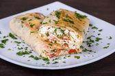 Pan de pita envuelto con queso y verduras — Foto de Stock
